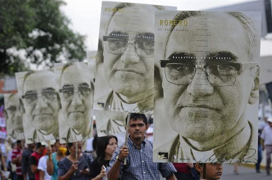 El Salvador together with Slain Salvadorian Archbishop Oscar Romero A Step From Sainthood as well Romero Movie And Discussion further The Cata bs Pact Emerges After 50 Years And Pope Francis Gives It New Life likewise El Salvador. on oscar romero at mass